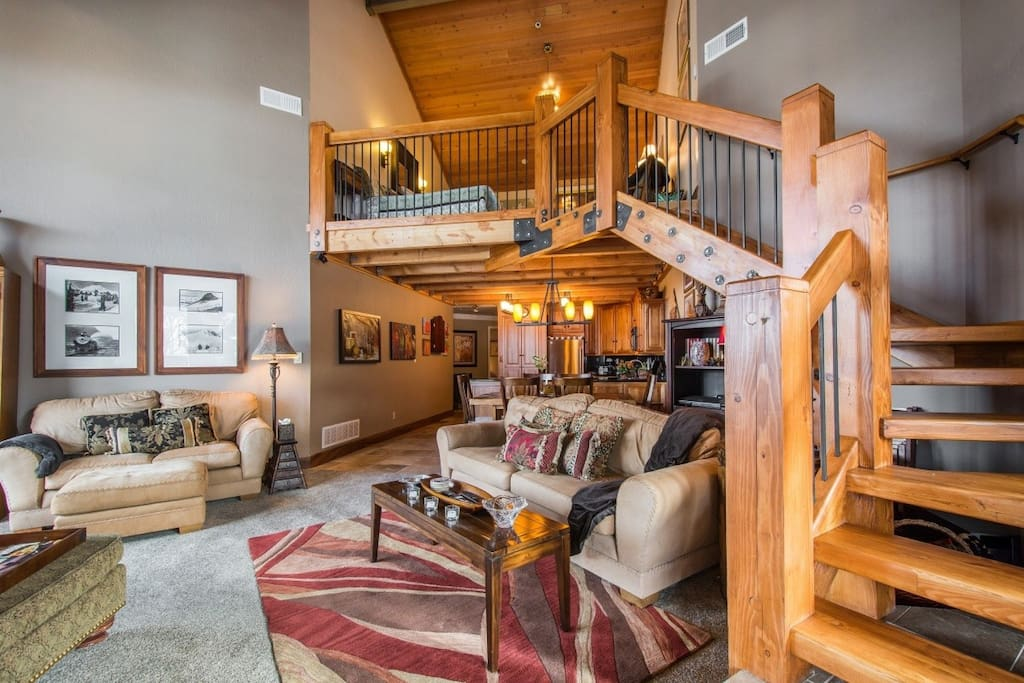 Deer Valley Powder Run has a great room / living area with timber finishings, private balcony/deck and comfortable furnishings.