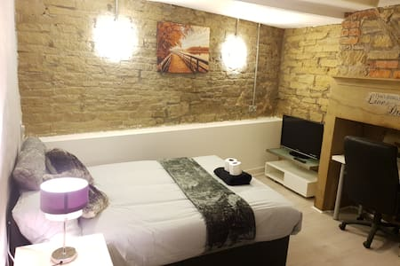 Double Room (walkin distance to trainstation) NO.1