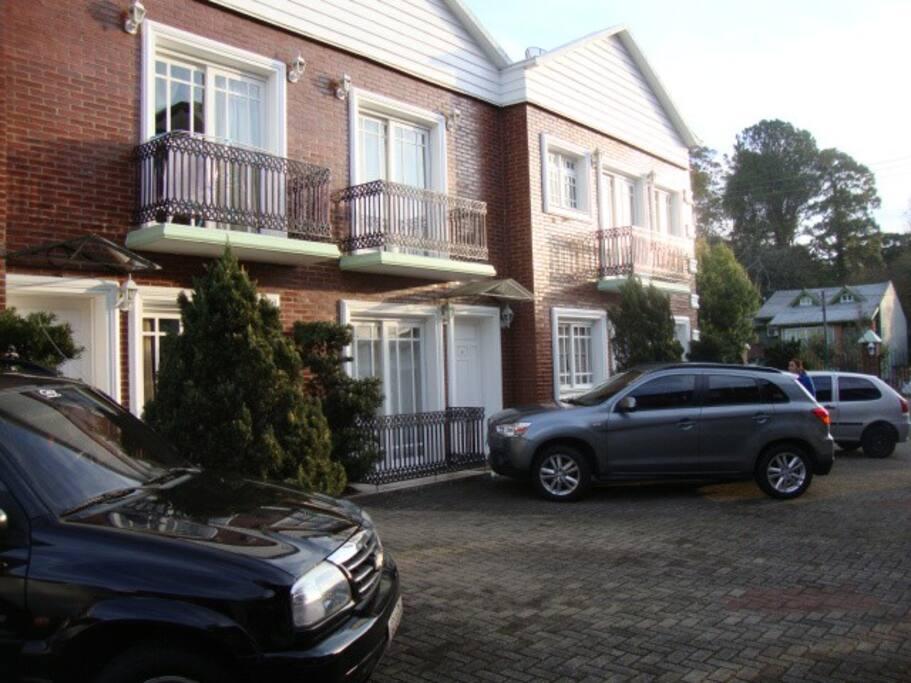 Estacionamento em frente a casa.