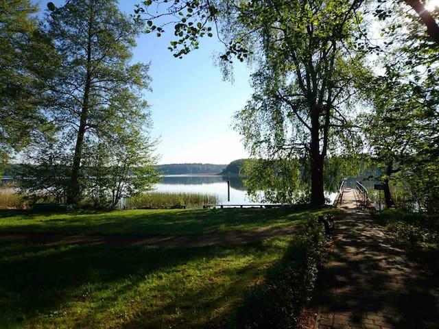 Idyllisches Ferienhaus Inge im Wald am See