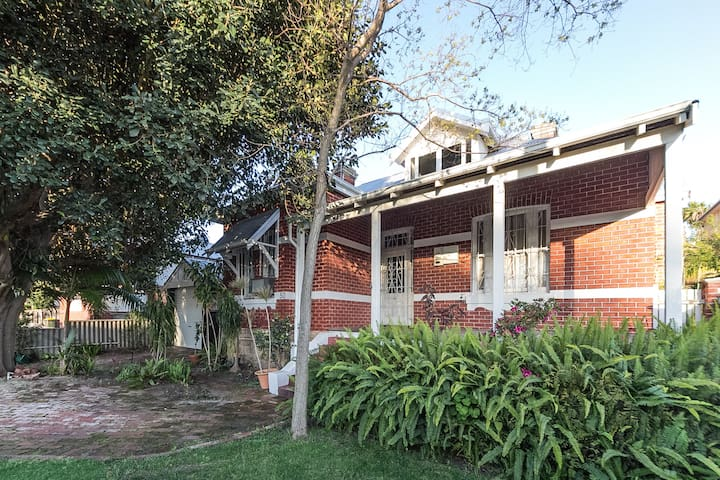 Character home by City, River, Casino & Cafe Strip - Burswood