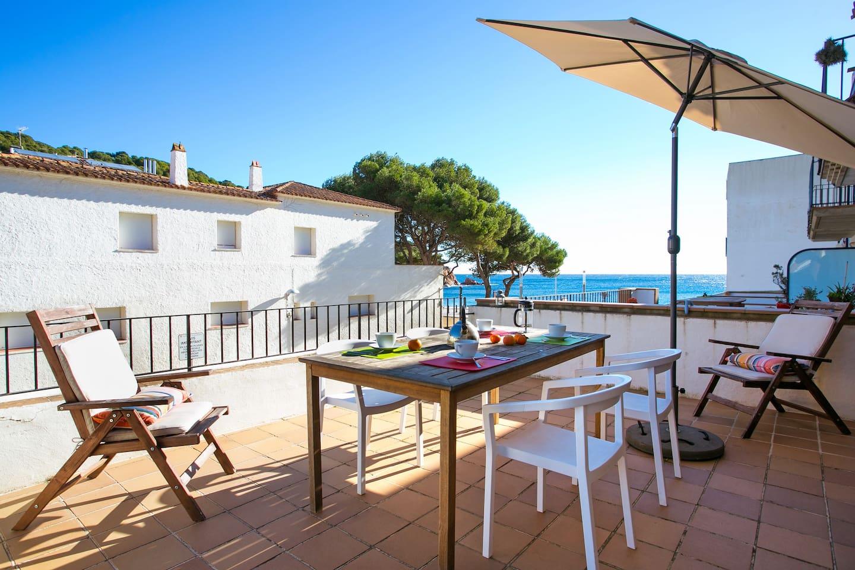 Esmorzar al sol amb vistes al mar