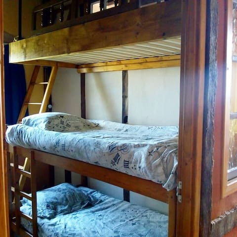 chambre enfants avec 3 lits