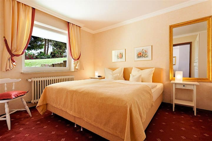 """Hotel """"Am Rehberg"""" garni, (Lindau am Bodensee), Doppelzimmer mit sep. Wohnteil, Balkon/Terrasse, Bad oder Dusche/WC, Haupthaus"""