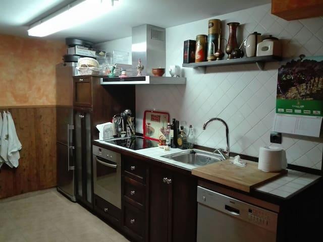 Cocina privada con horno, microondas, nevera, lavavajillas, campana extractora, cocina eléctrica...
