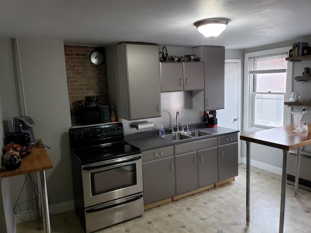 Renovated Apartment minutes from Burlington