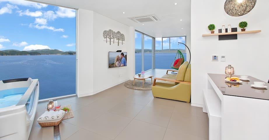 아름다운 바다가 큰 창으로 펼쳐지는 라벤더 301호