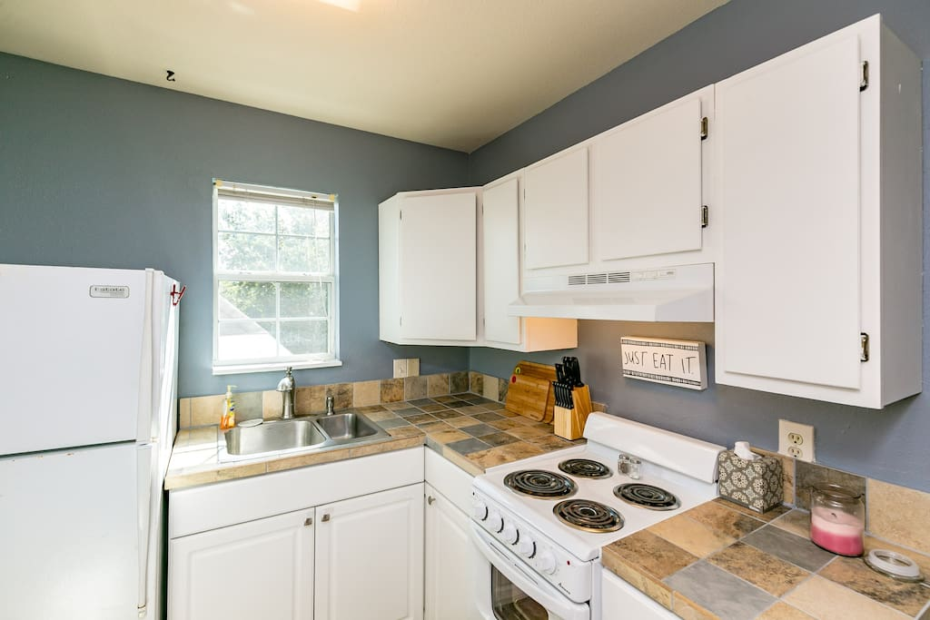 Nice kitchen area. We've equipped it with pots, pans, baking utils. The works!