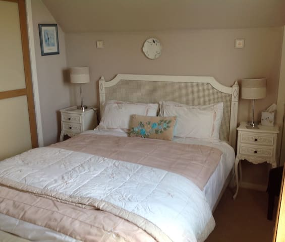 Our Double bedroom with adjacent shower room - Castletown - Bungalov