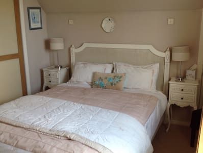 Our Double bedroom with adjacent shower room - Castletown - Bungaló