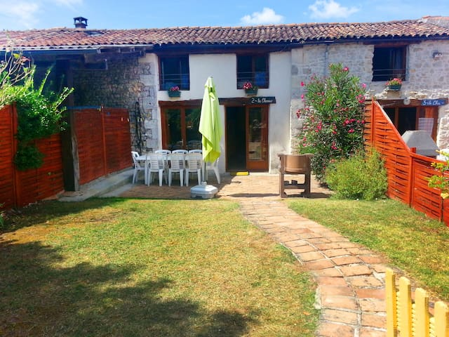 Pretty cottage with shared pool, near beach - Saint-Just-Luzac - Semesterboende