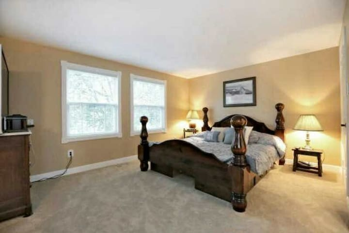 The house is located in quiet and convenient place - Oakville
