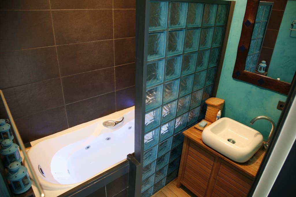 Salle de bain avec baignoire balnéo et luminothérapie