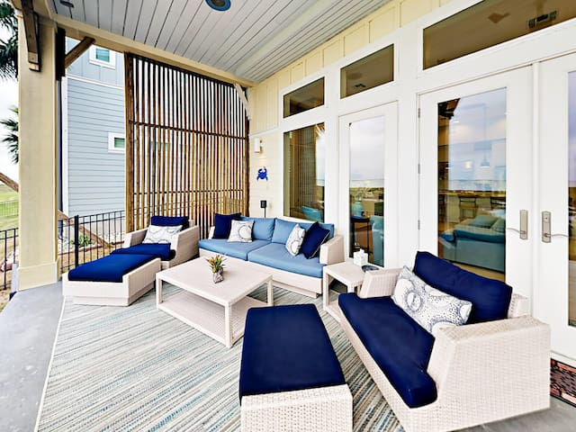 Luxury Bayfront Abode w/ Fire Pit, Two Decks