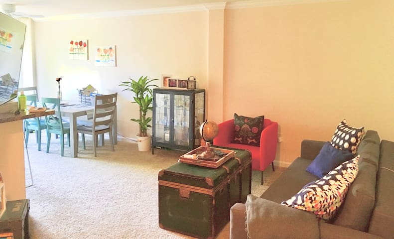 Clean, Bright & Cozy Private Room/ 2mi from Uptown
