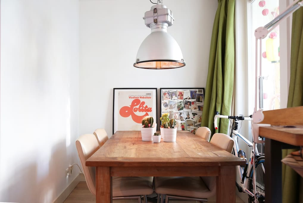 The lovely kitchen table, where you can have a good dinner on.