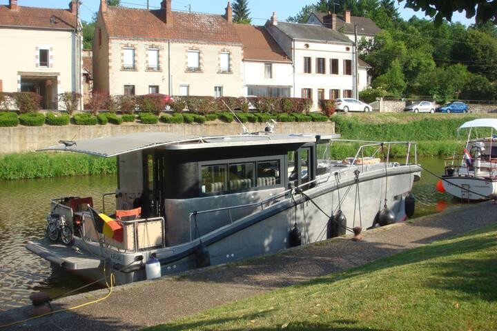 Bateau fluvial en navigation avec skipper. - Lattes - Barco