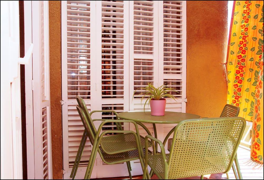 Mesa en el balcón conectado con el comedor