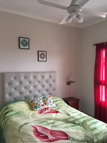Dormitorio con sommier y amplio placard