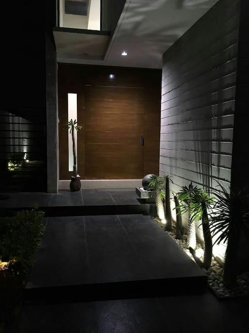 Habitaciones en casa de lujo 1 houses for rent in for Casa minimalista guadalajara