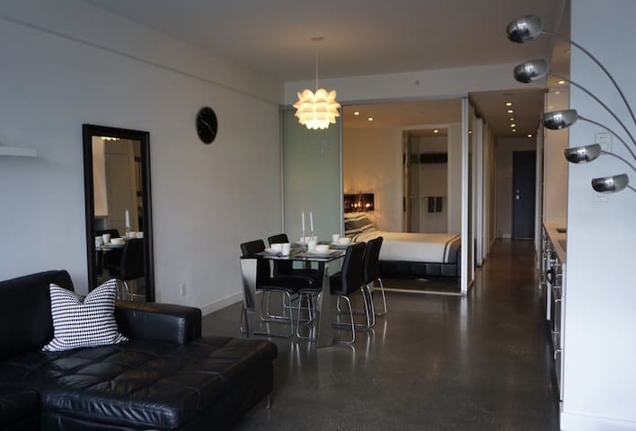 Modern 1BR+Den Loft w/Patio in Olympic Village - Vancouver - Loft