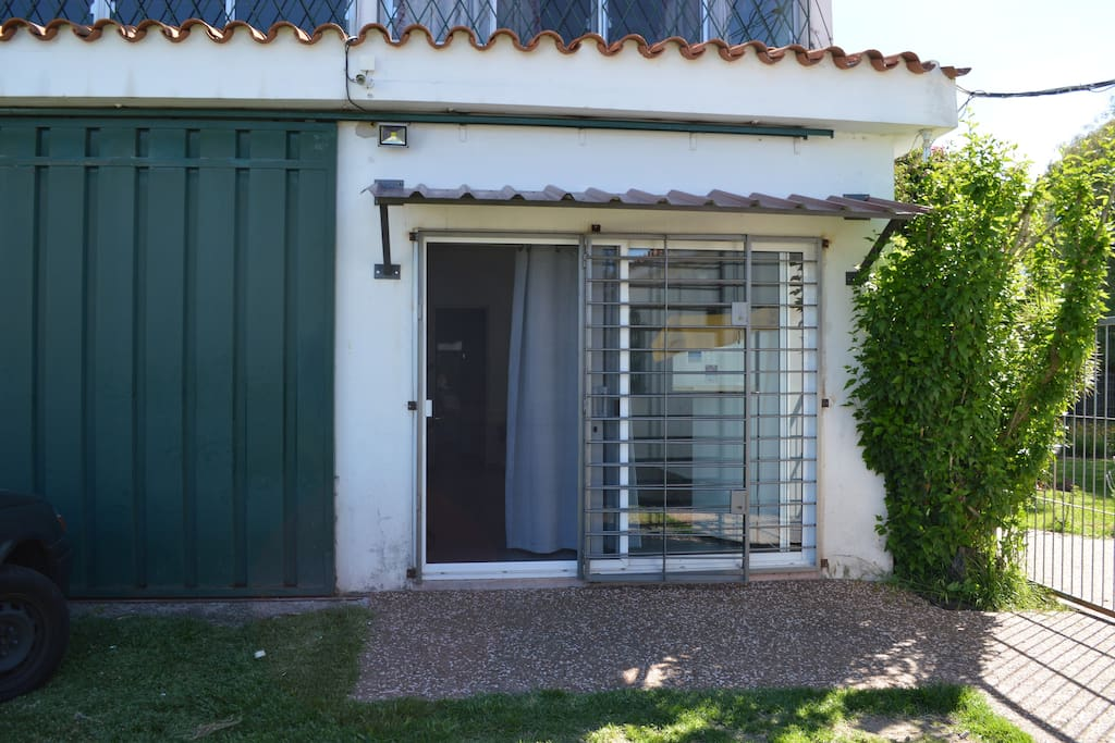 La puerta del apartamento. The front door of the studio.