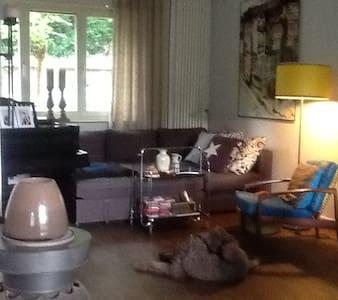 Gemütliches kleines Haus mit freien Zimmern - Krefeld