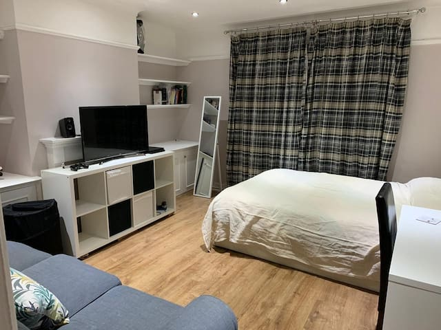 Big double bedroom with sofa and desk in Fulham