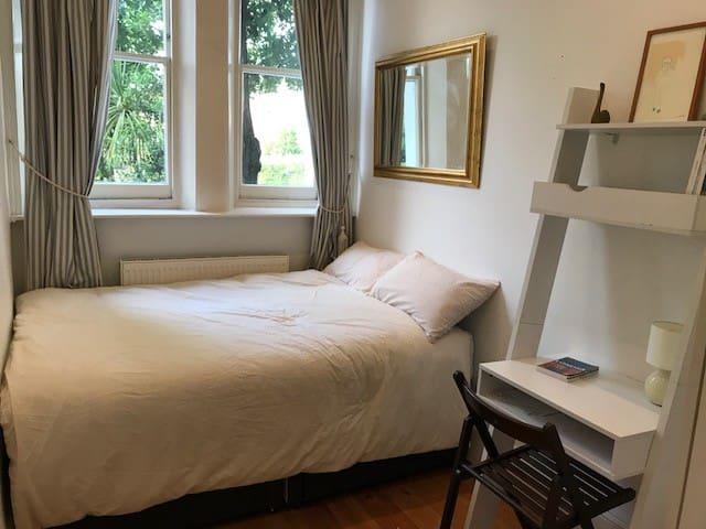 Sunny bedroom w/private bath (Kensington Olympia)