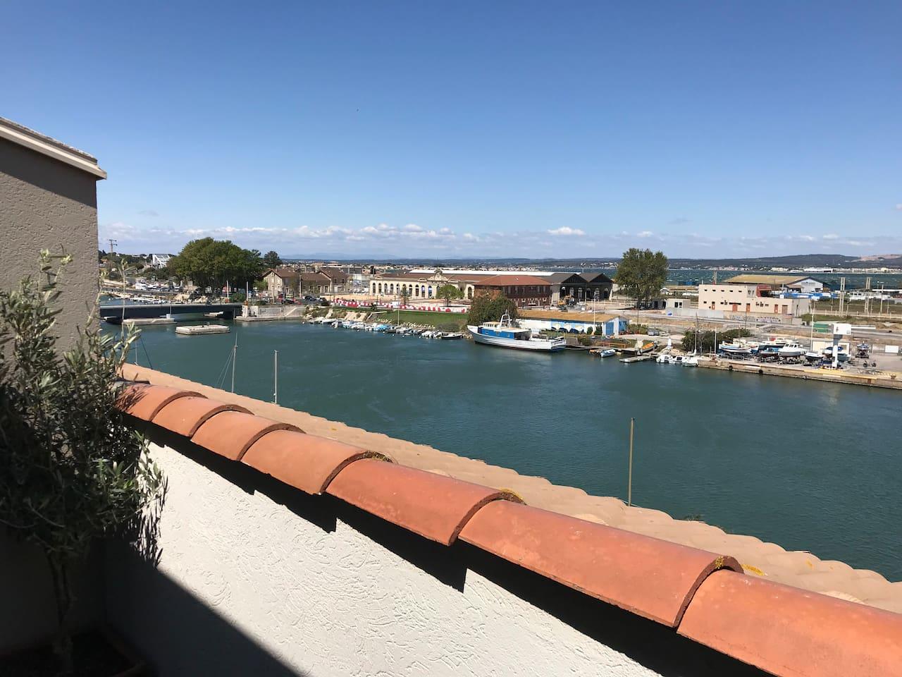 Vue depuis la terrasse sur canal et étang de Thau derrière la gare SNCF