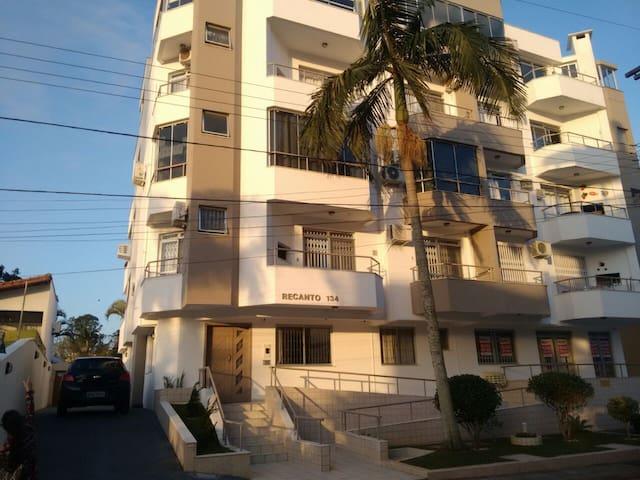 Apartamento confortável à meia quadra da praia
