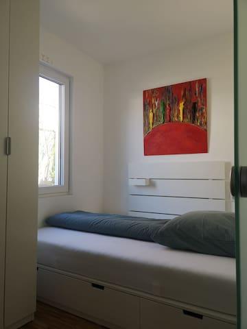 Schlafzimmer, Blick zu Bett und Fenster