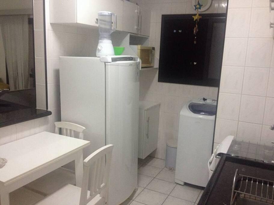 cozinha americana com fogão ,mesa,geladeira,  filtro , maquina de lavar na area de serviço,microondas.mesa abre e fica o dobro do tamanho ...