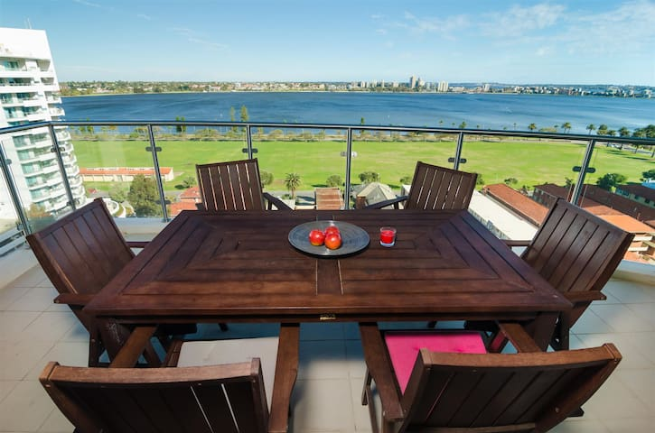 180° Water Front Views - Apartment in Perth City