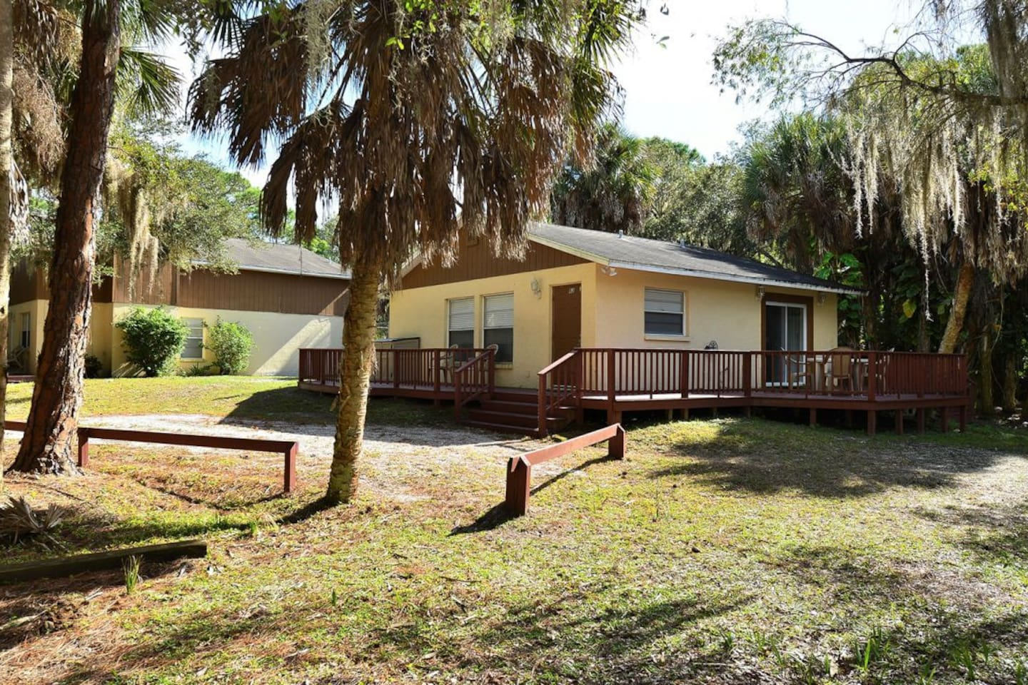 1 BEDROOM COTTAGE WITH A  SIDE VIEW OF OUR LOVELY POND WITH A FENCED-IN SIDE AND BACK YARD FOR DOG!