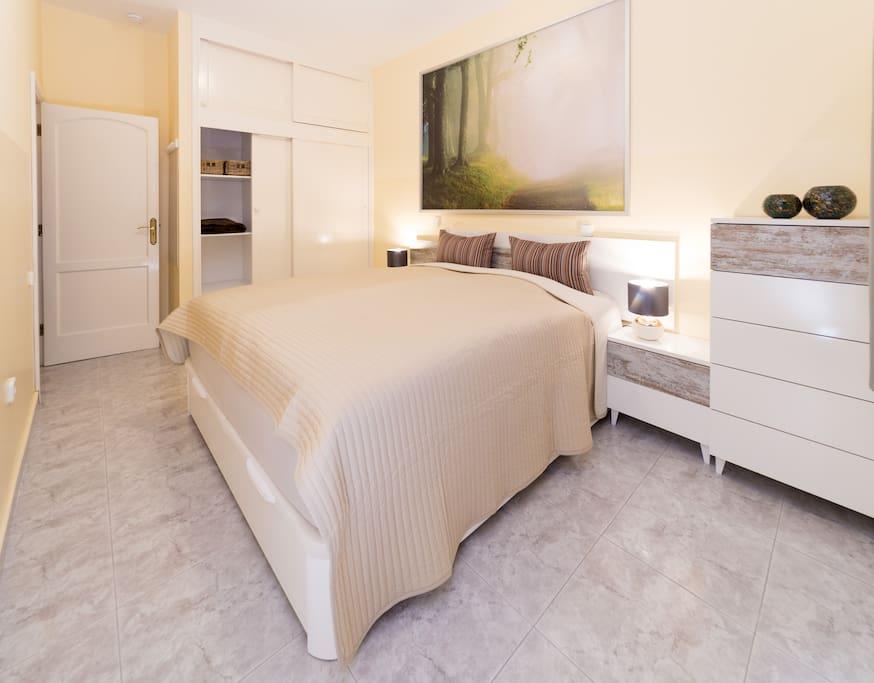 Schlafzimmer1 mit großem Kleiderschrank