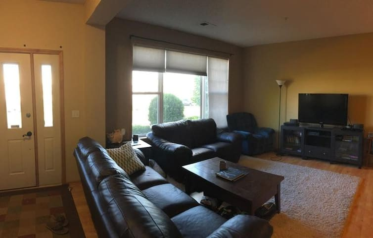 Upscale 2 BR Townhouse 10 min from Downtown MPLS