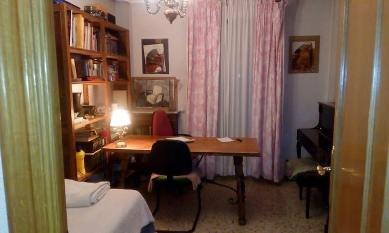 Habitación privada en Jaén centro (con piano)