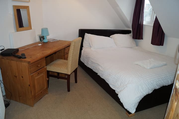 Lovely room close to sea and shops with parking R6 - Portsmouth