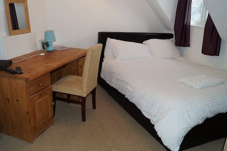Lovely room close to sea and shops with parking R6 - Portsmouth - Dom
