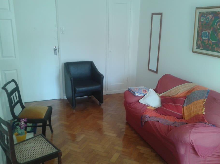 2 - Sala, c. armário (que serve também como guarda-roupa c. cabides),  poltrona, e etc.