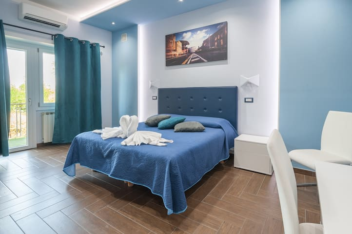 Deluxe room with Jacuzzi. Few steps from metro