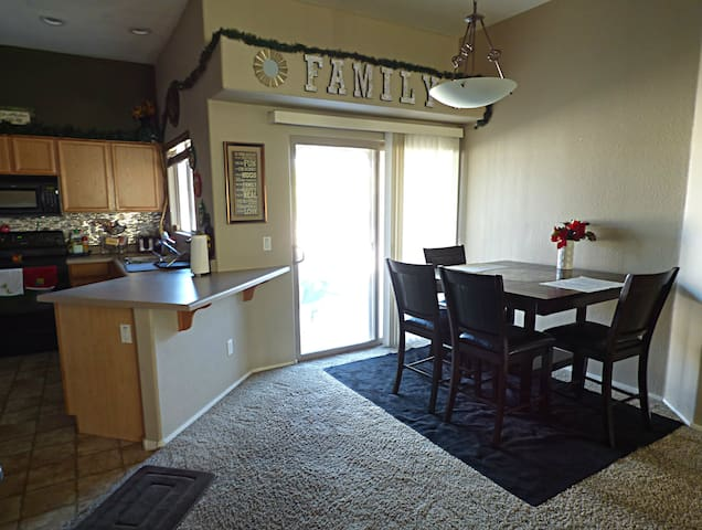 Private room near Sporting Events, & Resturants - Peoria - Condominio