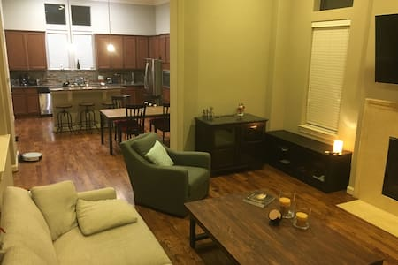 Spacious EaDo Guest Room in Beautiful Townhouse - Houston