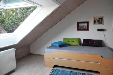 Ruhiges Dachzimmer mit eigenem Bad - Fürth