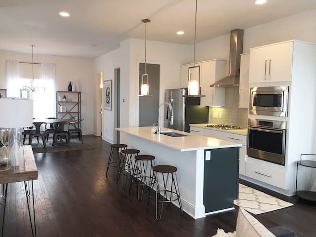 Downtown rooftop views! 3 br 4ba Stylish NEW home! - Nashville - Appartement en résidence