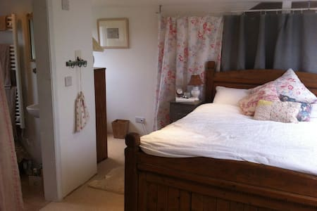 Large double ensuite, ideal for Goodwood Festivals - Chichester