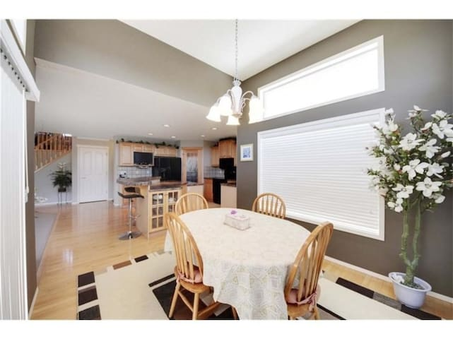 Private bedroom and bath close to Shawnessy - Calgary - Huis