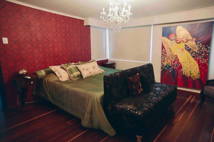 La habitación principal cuenta con un baño además de un ambiente cálido y cama King .