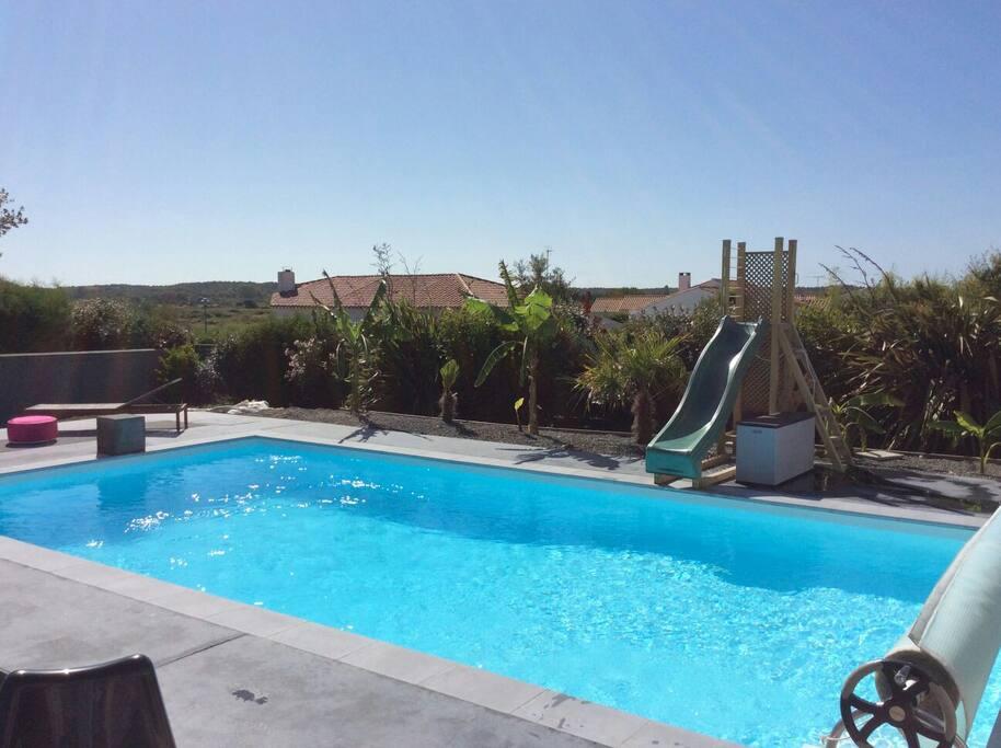 piscine double fond 1.35 et 1.85, banquette massante 6P, escalier et toboggan pour les enfants
